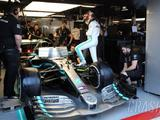 Hamilton's car suffers pre-race hydraulic leak